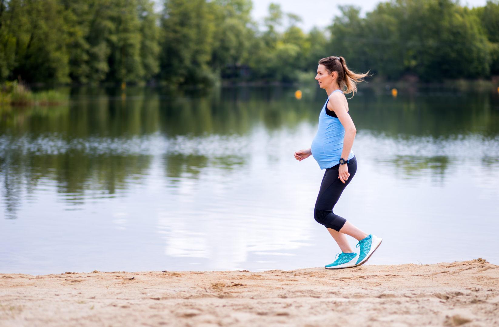 Kobieta biega, uprawia sport wciąży