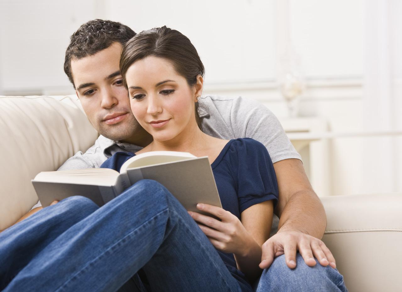 rodzice czytają książkę