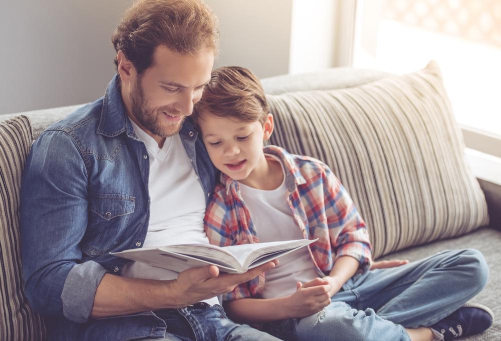 ojciec-czyta-dziecku